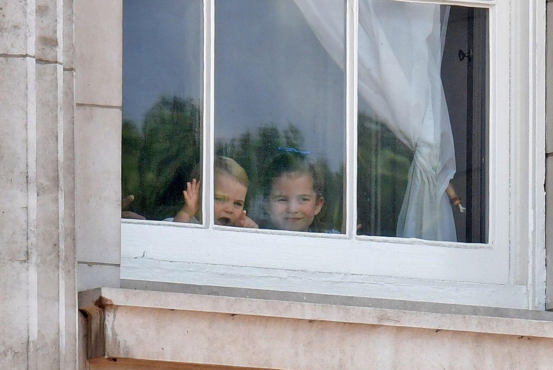 Prinz Louis und seine Schwester Prinz Charlotte schauen sich vom Palastfenster schon mal an, was draußen so los ist. Für Louis wird es der erste Auftritt auf dem Balkon sein.