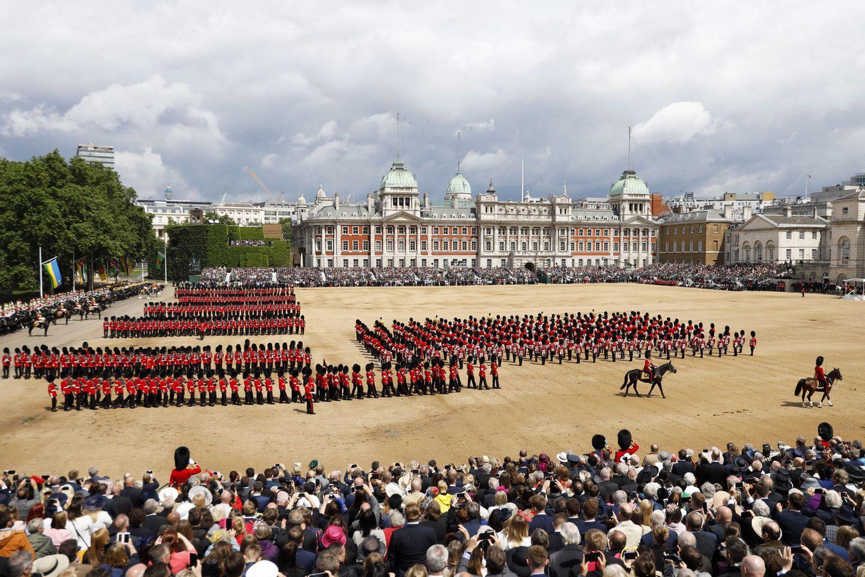 Über 1400 Soldaten, fast 300 Pferde und 400 Musiker nehmen an der eindrucksvollen Geburtstagsparade am Buckingham Palast teil.