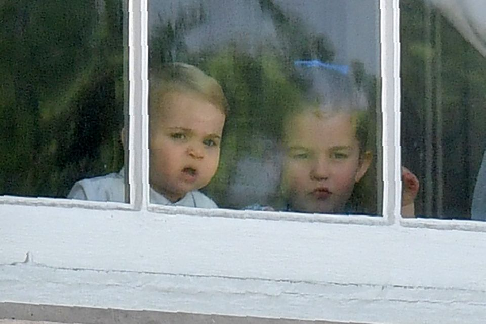 Prinz Louis scheinen die Menschenmassen noch nicht ganz geheuer zu sein.