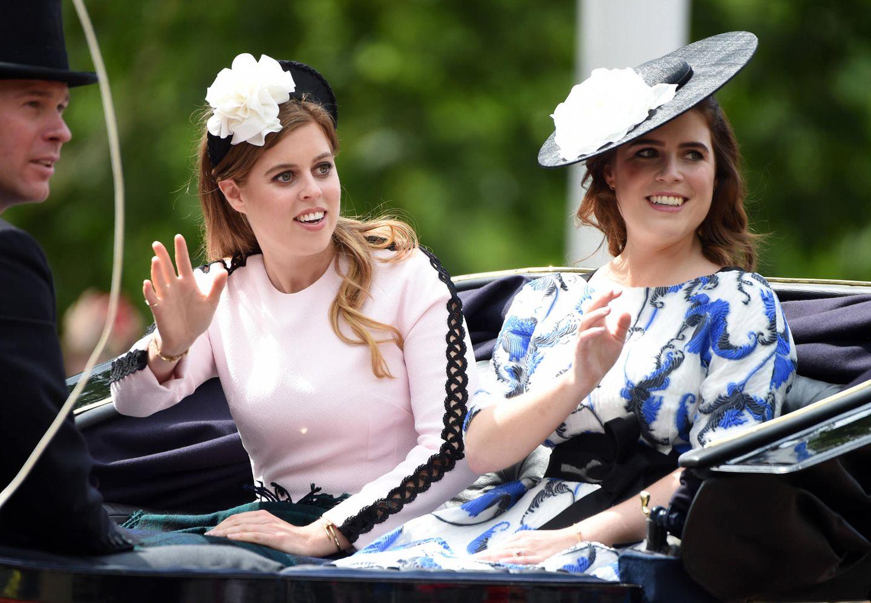 Auch die Prinzessinnen Beatrice und Eugenie sind natürlich bei der Geburtstagsparade für ihre Großmutter mit dabei.