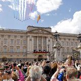 """Das spektakuläre """"Fly-Past"""" der Royal Air Force wird von den Mitgliedern der Royal Family traditionell vom Balkon aus bestaunt."""