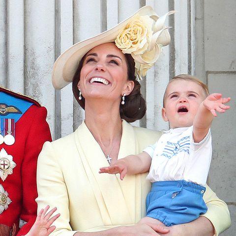 Seinen ersten Balkonauftritt meistert Prinz Louis mit Bravour. Winken kann er nämlich schon wie ein König.