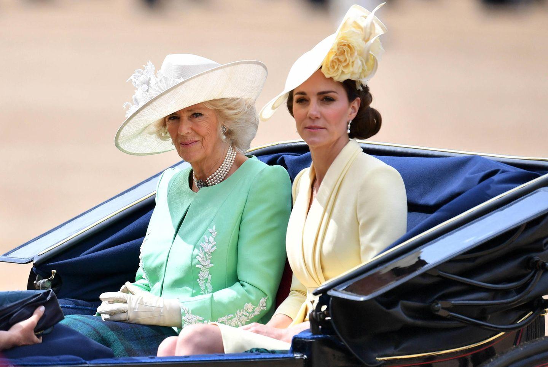 Trooping The Colour 2019  Herzogin Camilla wählte für die Feierlichkeiten ein hellgrünes Ensemble von Bruce Oldfield und eine Hutkreation von Philip Treacy. Die floralen Stickereien harmonieren perfekt mit ihren Handschuhen.
