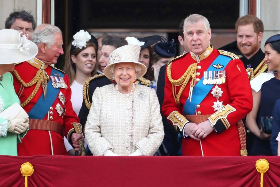 Queen Elizabeth schenkt ihren vielen tausend Gratulanten vom Balkon aus ein strahlendes Lächeln.