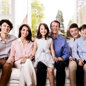 7. Juni 2019  Zum 50. Geburtstag von Prinz Joachim schenkt uns das dänische Königshaus dieses schöne Porträt derPrinzenfamilie. Prinz Nikolai, Prinzessin Marie, Prinzessin Athena, Prinz Joachim, Prinz Felix und Prinz Henrik könnten nicht fröhlicher in die Kamera lächeln.