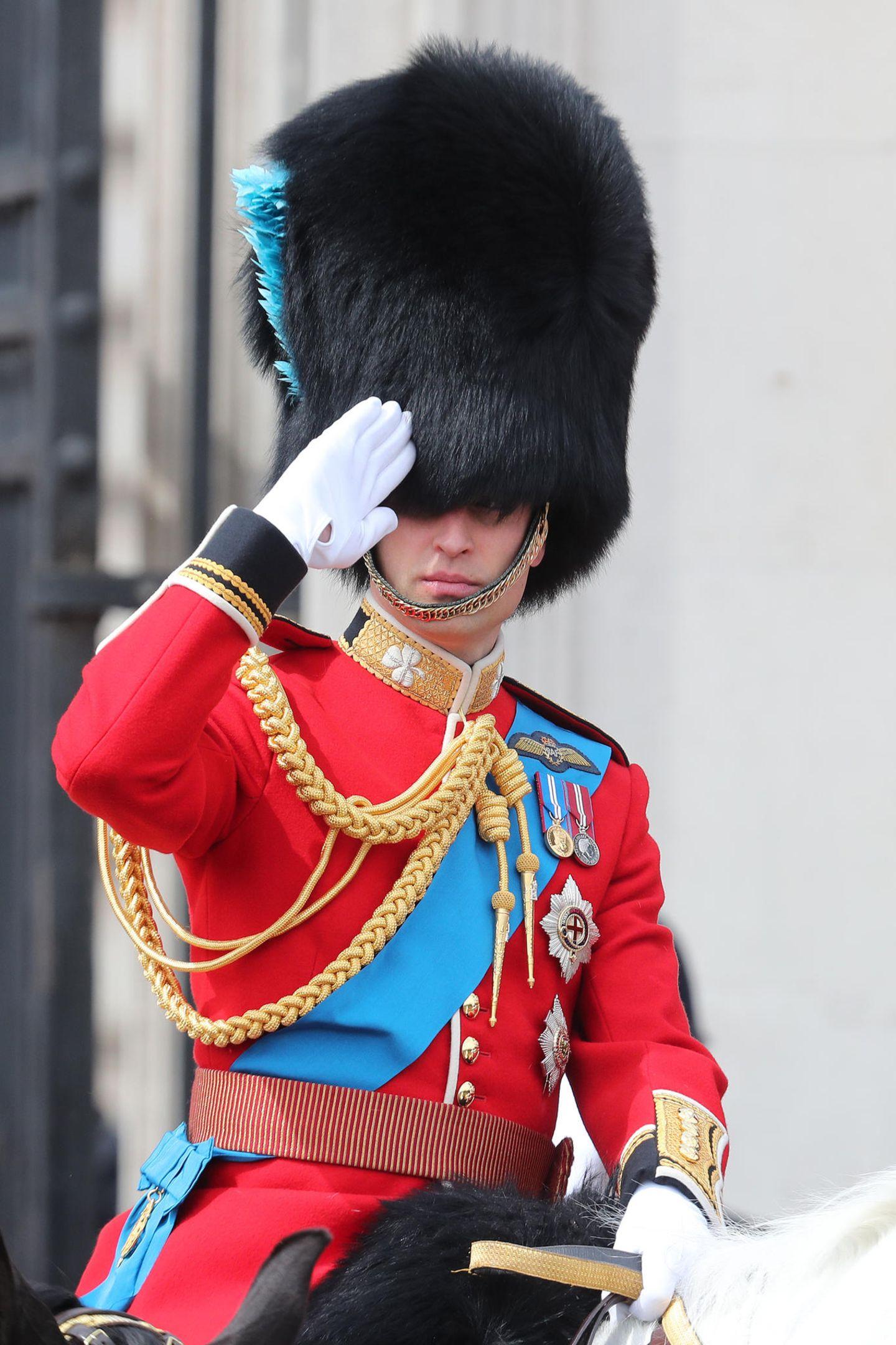 Prinz William salutiert.