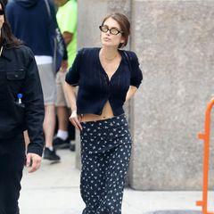 """Kaia Gerber, die Tochter von Supermodel Cindy Crawford, zählt mittlerweile zu den gefragtesten Laufstegmodels der Branche. Schlank zu sein ist für diesen Job leider immer noch unerlässlich. Bleibt nur zu hoffen, dass es Kaia mit dem """"Size Zero""""-Trend nicht zu weit treibt ..."""