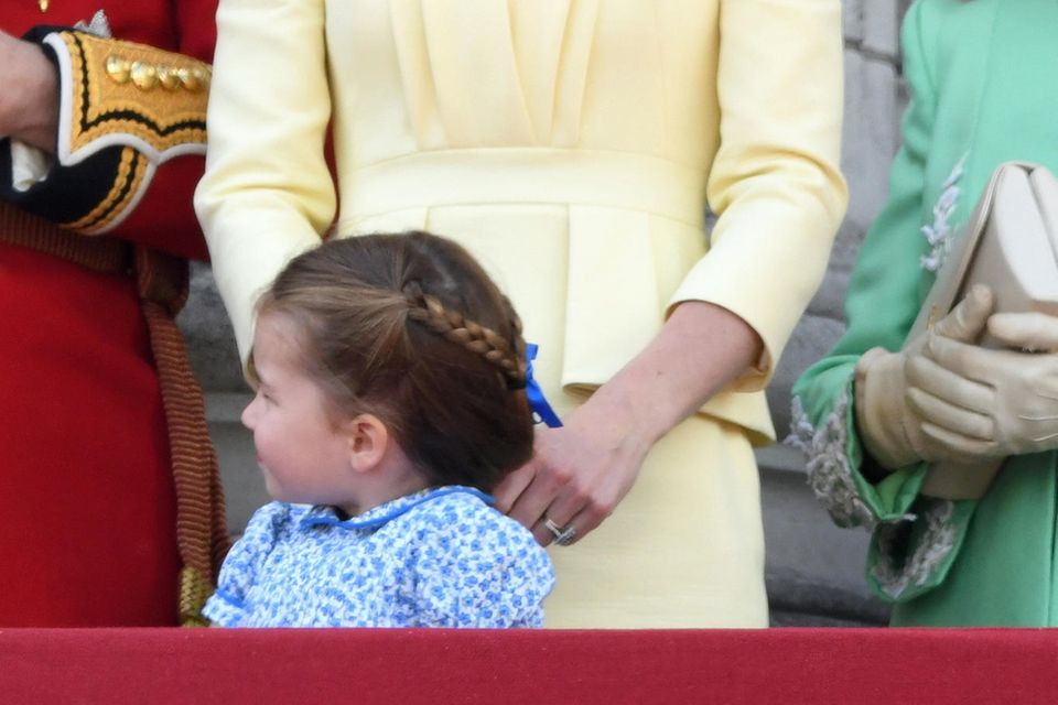 Gedankenverloren spielt Herzogin Catherine mit Charlottes Haaren.