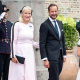 """Prinzessin Mette-Marit von Norwegen, hier an der Seite ihres Ehemanns Prinz Haakon, beim Festgottesdienst zur Goldenen Hochzeit von Königin Sonja und König Harald im Osloer Dom am 29. August 2018. Mette-Marit kombiniert das """"Emilia Wickstead""""-Dress mit schwarzen Heels, einer schlichten Clutch und einer Hutkreation, die am Hinterkopf befestigt ist."""
