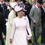 Gräfin Sophie von Wessex, Prinzessin Beatrices Tante, trug das gleiche Kleid bereits im Rahmen des royalen Pferderennens in Ascot im vergangenen Jahr. Während Beatrice dunkle Accessoires wählte, entschied sich Sophie für rosafarbene Heels und eine farblich abgestimmte Clutch. Durch ihre auffällige Hutkreation hebt die Ehefrau von Prinz Edward den Look noch mal auf eine ganz neue Ebene.