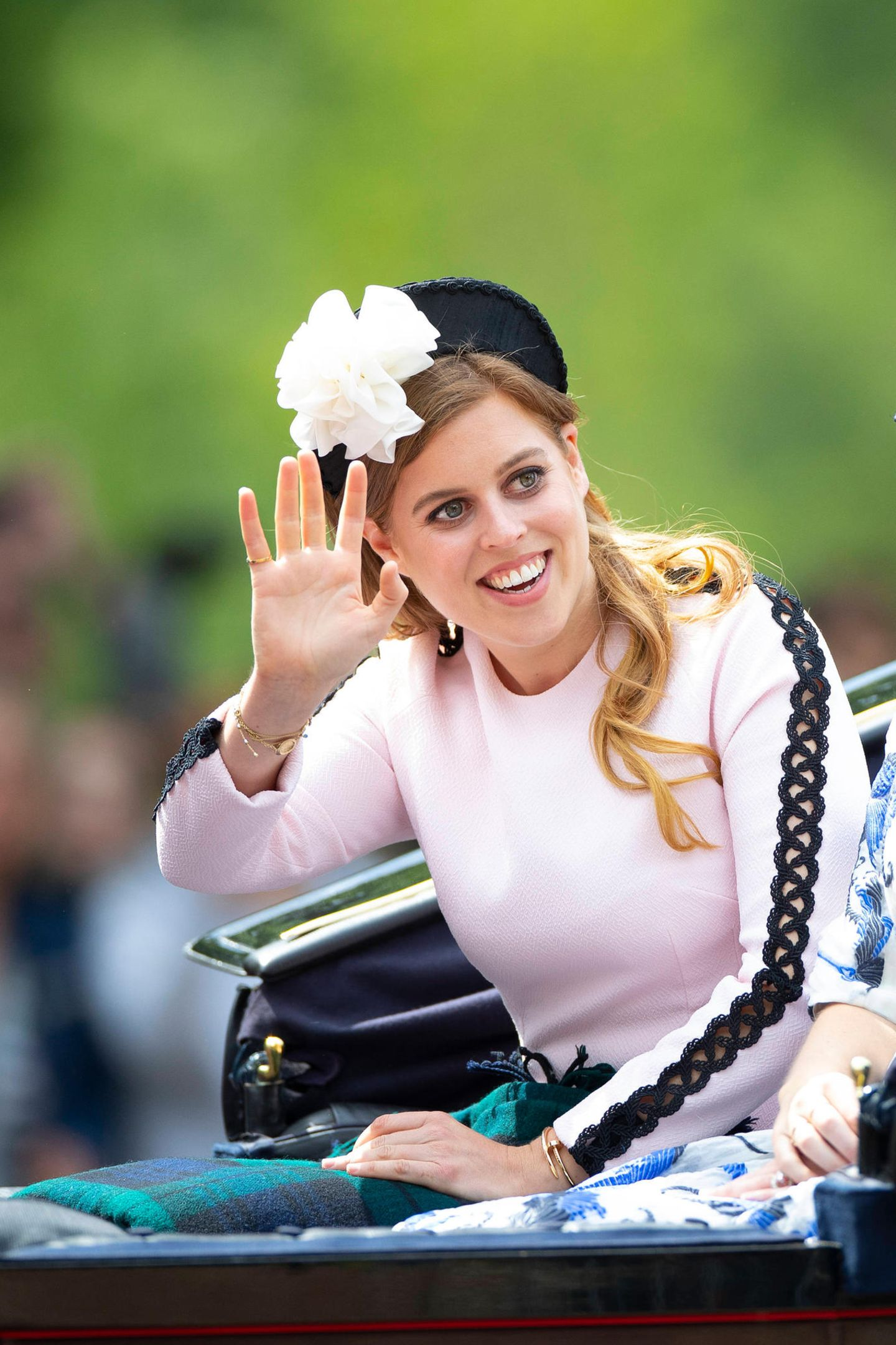 """Prinzessin Beatrice zieht bei den Feierlichkeiten zu """"Tropping the Colour"""" 2019 (8. Juni) in diesem Outfit den ein oder anderen Blick auf sich. Die Enkelin der Queen trägt nämlich ein rosafarbenes Kleid von Designerin Emila Wickstead, das besonders bei Royals sehr beliebt zu sein scheint. Shopping-Tipp: Ursprünglich kostet das Kleid rund 1.300 Euro, aktuell ist es allerdings für die Hälfte bei The Outnet erhältlich."""