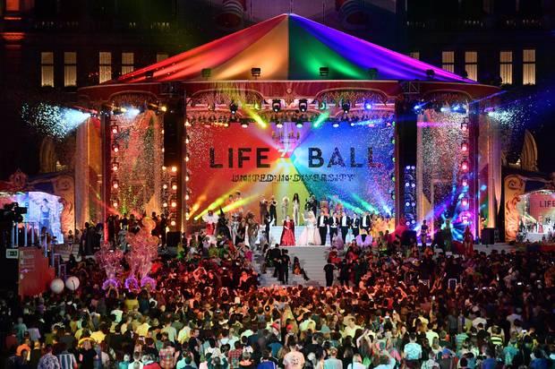 8. Juni 2019  Abschied im Wiener Rathaus: Nach 26 Jahren ist der diesjährige Life Ball der letzte und wird mit einer beeindruckenden Zirkusshow fulminant gefeiert.  Das große Charity-Eventwurde 1993 vom Visagisten GeryKeszler zugunsten von HIV-infizierten und an AIDS erkrankten Menschen ins Leben gerufen und galt als größte AIDS-Benefiz-Veranstaltung in Europa.