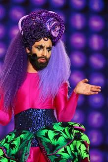 Auch Conchita Wurst beeindruckt mit seiner Life-Ball-Performance.