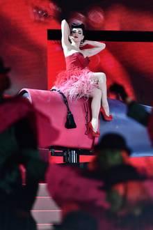 Dita von Teese verzaubert die Ballgäste mit ihrer sexy Burlesque-Show.
