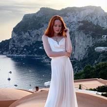 """Nach ihrer Traumhochzeit in Venedig bezaubert die frischgebackene Frau Hallmann, Barbara Meier immer noch in Weiß! Dieses schöne Bild vor atemberaubender Kulisse schickte das Topmodel aus ihren """"Flittertagen""""auf der italienischen Insel Capri."""