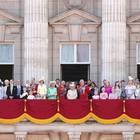 Die britische Königsfamilie versammelt sich um die Queen.