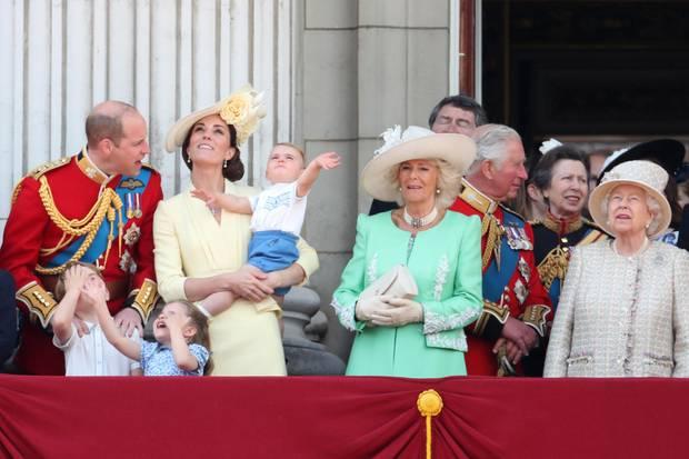 Prinz Charles und Prinz William stehen als Thronfolger rechts von der Queen.