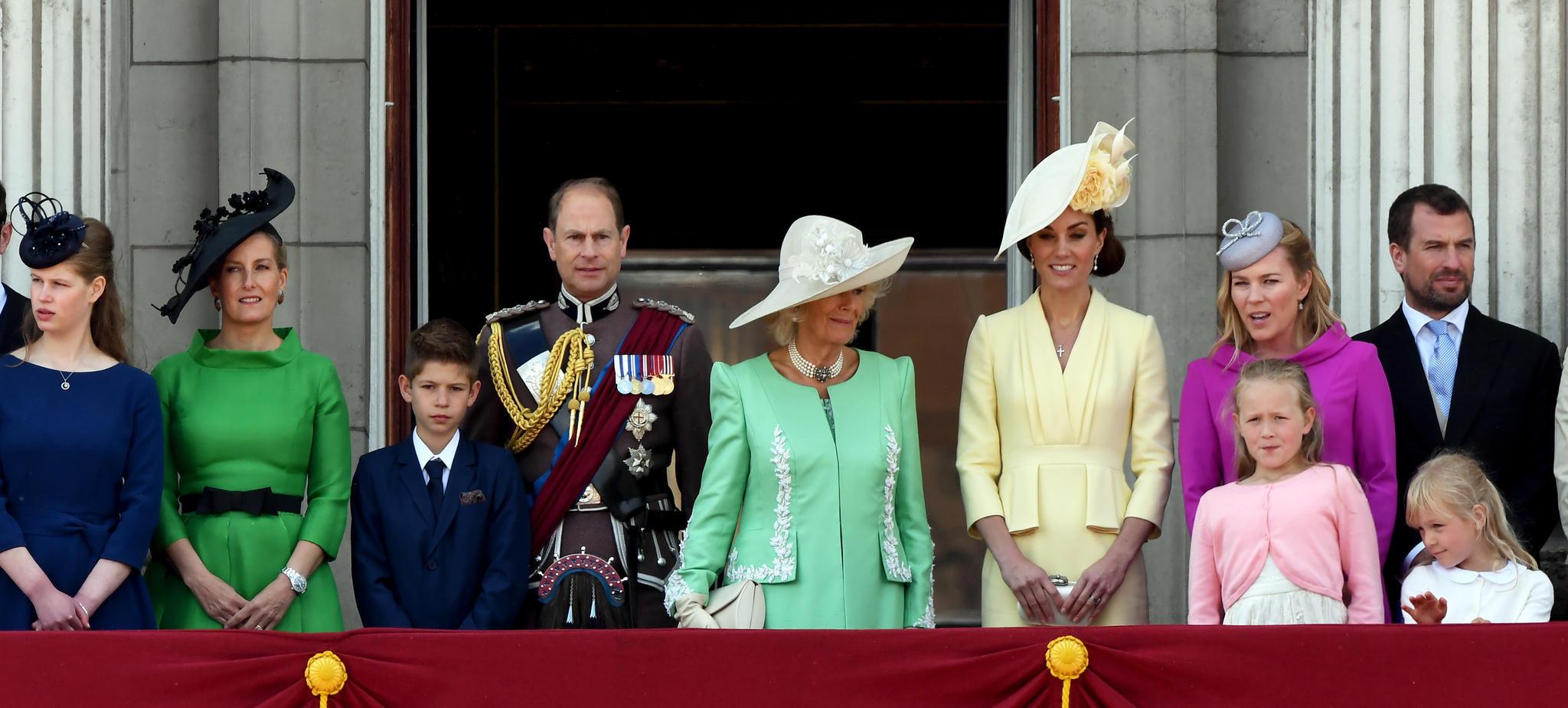 Lady Louise, Herzogin Sophie, James Viscount Severn und Prinz Edward stehen nur bei der Begrüßung der Queen in der ersten Reihe.