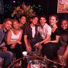 """Vor über 4 Jahren lief im März 2015 die letzte Folge von """"Glee"""". Die Schauspieler feiern aber immer noch gern miteinander, wie Kevin McHale (M.) jetzt seinen Instagram-Fans zeigte. Nicht alle waren dabei, aber doch immerhin Chord Overstreet, Jenna Ushkowitz, Harry Shum Jr., Darren Criss, Dianna Agron und Amber Riley (v.l.)"""