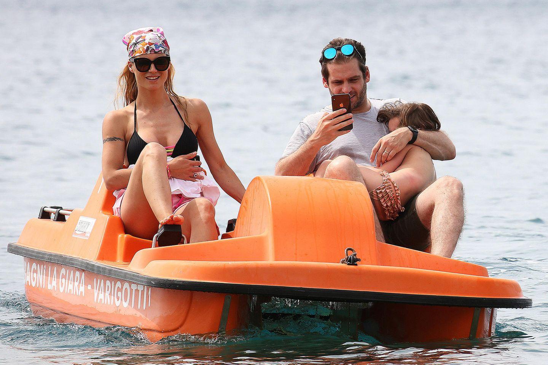 9. Juni 2019  Eine Seefahrt, die ist lustig... Familie Hunziker-Trussardi verbringt derzeit ihreFerien im norditalienischen Badeort Varigotti, und eine Fahrt im Tretboot gehört natürlich dazu.