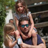 9. Juni 2019  Sommertage können anstrengend sein, da muss der starkePapa Tomaso seine Töchter auch mal tragen, gleichzeitig versteht sich.
