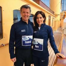 """10. Juni 2019  Es ist wieder soweit!Der anlässlich von Prinz Frederiks 50. Geburtstag im letzten Jahr ins Leben gerufenen """"Royal Run""""findet in Kopenhagen, Aarhus und Aalborg statt. Der Kronprinz wird selbst wegen seinem Rückens nur eine kurze Strecke in Kopenhagen mitlaufen,Prinzessin Mary hingegen führt die Läufer bis Aalborg an."""