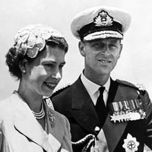10. Juni 2019  Happy Birthday, Prinz Philip! Der Prinzgemahl, hier in Uniform 1954 mit der frisch gekrönten Queen Elizabeth auf Staatsbesuch in Gibraltar, feiert heute seinen 98. Geburtstag.