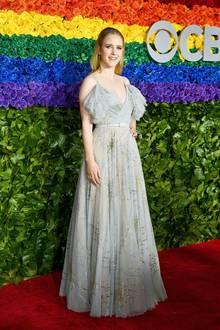 "Ganz romantisch gibt sich ""The Marvelous Mrs. Maisel""-Star Rachel Brosnahan im silbergrauen Tüllkleid."