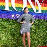 Im sexy Silber-Minidress von Altuzarra glänzt Vanessa Hudgens bei den diesjährigen Tony Awards.