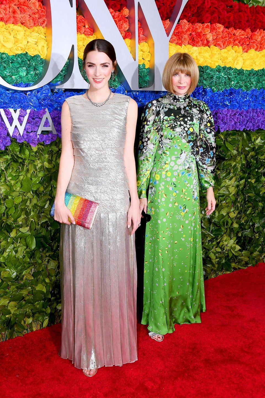 Vogue-Chefin Anna Wintour, hier mit TochterBee Shaffer Carrozzini im Silber-Look, bleibt ihrem so typischen Red-Carpet-Look treu.