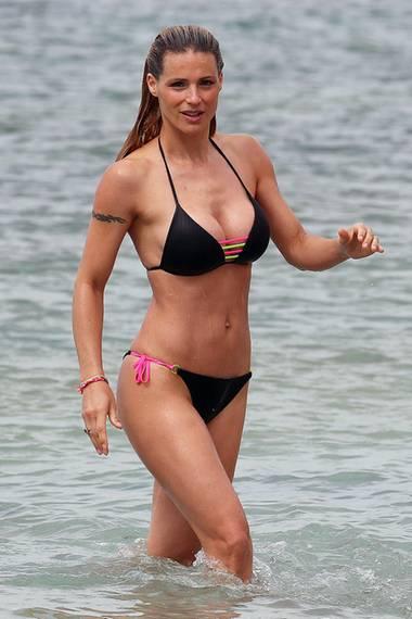 ModeratorinMichelle Hunziker hätte ohne Frage das Zeug zum Bond Girl, finden Sie nicht? Am Strand vonVarigotti inNorditalien zieht sie auf jeden Fall den ein oder anderen Blick auf sich.