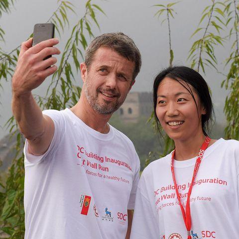 Prinz Frederik posiert mit einer dänischen Studentin.