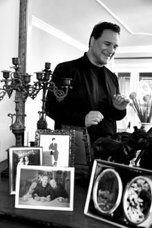 Im Wohnzimmer arrangierte Guido Maria Kretschmer liebevoll Fotos von Familie und Freunden.