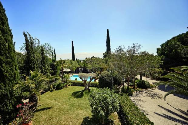 Auch der Garten wurde nach den Vorstellungen von Guido Maria Kretschmer gestaltet. Mit dem Verkauf der Finca beauftragte er jetzt das mallorquinische Büro des Immobilienmaklers Engel & Völkers.
