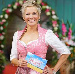 """Bereits zum 15. Mal hilft Inka Bause einsamen Bauern in Liebesdingen auf die Sprünge. Die neue Staffel von """"Bauer sucht Frau"""" startet ab dem 10. Juni 2019 mit einer Vorstellungsrunde auf RTL."""