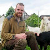 Thomas (27) aus NRW  In Nordrhein-Westfalen bewirtschaftet Thomas zusammen mit seinen Eltern einen Milchviehbetrieb. Besonders stolz ist der Landwirt auf seine Milchtankstelle direkt am Hof, wo sich Käufer selber frische Milch zapfen können. In seiner Freizeit tanzt der 27-Jährige leidenschaftlich gern in seiner Karneval-Tanzgruppe, außerdem ist Thomas begeisterter Hobbykoch - am liebsten backt er Pizza im hofeigenen Steinofen.