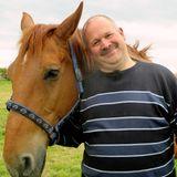 Burkhard (45) aus Ostfriesland  Burkhard lebt allein auf seinem idyllischen Pferdehof in Ostfriesland. Neben seinen Pferden und seinem Hund ist ihm aber auch seine Familie sehr wichtig. In seiner Freizeit geht der 45-Jährige gern ins Kino, macht ausgedehnte Spaziergänge oder trifft sich mit seinen Kameraden von der Freiwilligen Feuerwehr.