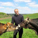 Carlo (50) aus Luxemburg  Bauer Carlo ist ein echter Familienmensch und lebt zusammen mit seiner Tochter Nicole und seinem Sohn Benni im Nordosten von Luxemburg. Er wünscht sich daher eine Frau, der familiärer Zusammenhalt ebenso wichtig ist.
