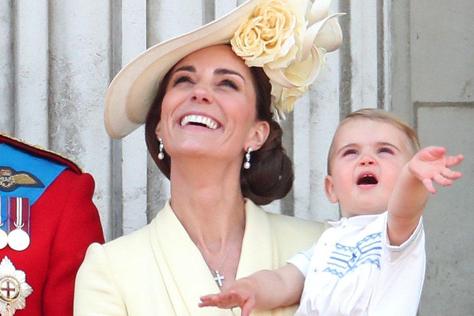 Kate pflegt gern die Tradition: Bei seinem Debüt auf dem Palastbalkon trägt Louis ein Familienerbstück. Onkel Harry trug dasselbe Hemd 1986 aus gleichem Anlass.