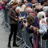 """Nach ihrem glamourösen Auftritt in Zartgelb bei """"Trooping the Colour"""" am Wochenende zeigt sich Herzogin Catherine während eines Trips ins nordenglische Keswick wieder von ihrer legereren Seite. Mit einem strahlenden Lächeln im Gesicht begrüßt sie die wartenden Fans."""
