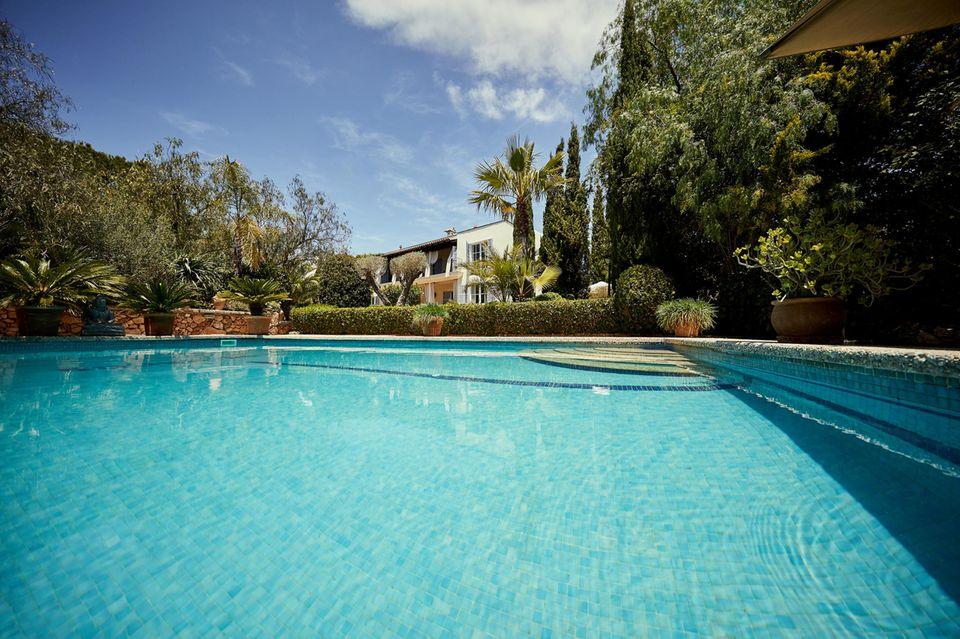 Vor 20 Jahren kaufte Guido Maria Kretschmer diese Finca, keine halbe Stunde von Palma de Mallorca entfernt. Er und sein Frank feierten hier viele Feste mit prominenten Gästen. Hollywood- Star Goldie Hawn liebte vor allem den Pool.