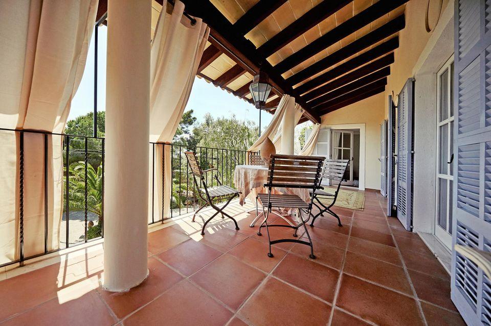 Räume und Terrassen sind lichtdurchflutet, helle Vorhänge spenden Schatten