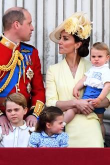 Ihre Haare trägt Catherine zu einem tiefen, seitlichen Dutt gestylt. Ihren Kopf ziert ein eleganter Hut mit Blüten, der farblich perfekt zu ihrem Kleid von Alexander McQueen passt.
