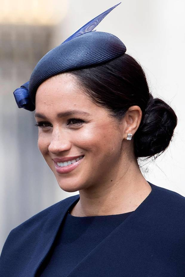 Zum ersten Mal nach der Geburt und einem kurzen Fototermin mit ihrem kleinen Sohn Archie, zeigt sich Herzogin Meghan wieder mit der Royal Family. Bei Trooping the Color glänzt sie in einem dunkelblauen Look. Bei ihrem Make-up setzt sie auf ihren altbewährten Stil - die Wangen sind stark betont, ein Highlighter setzt Akzente. Auf ihren Lippen trägt Meghan einen zarten, roséfarbenen Gloss - ihre Wimpern stechen dank tief schwarzer Mascara hervor.