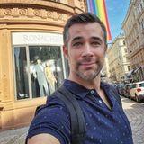 """""""Bodyguard""""-Star Jo Weil feiert den Pride-Monat in Wien."""