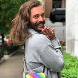 TV-Star Jonathan van Ness hat das passende Accessoire für den Pride-Monat gefunden.