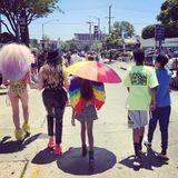 """Anschließend nutzt sie die Pride Parade in Los Angeles kurzerhand für einen Familienausflug. """"Cool and the Gang"""", schreibtsie zu dem Schnappschuss mit ihren Kindern."""