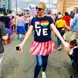 """Mittendrin ist auch Charlize Theron, bekleidet mit einem """"Love""""-T-Shirt und einem bunten Tüllrock."""