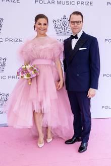 Zwar ist Prinz Daniel bei der Preisverleihung an derSeite seiner schönen Frau Victoria, aber ihr Wow-Look lässt ihn ganz schön verblassen.