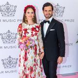 Sofia trägt ein bodenlanges Kleid von Dolce & Gabbana in Kombination mit einer goldenen Clutch und roten Pumps - ein echter Luxuslook bei dem die Prinzessin auf Mehr ist Mehr setzt.